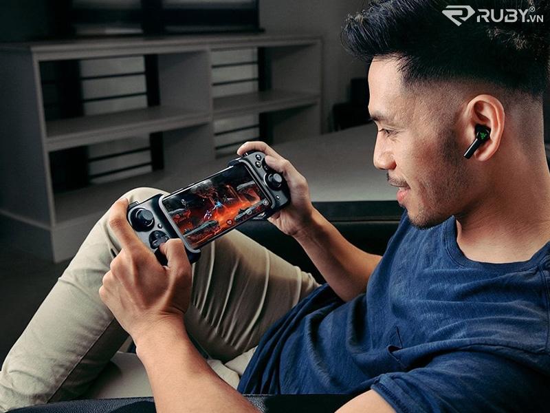 Razer Kishi Mobile Gamepad đang được sử dụng