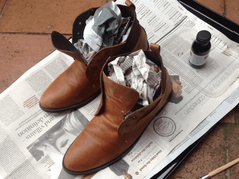 Mẹo làm giày nhanh khô bằng giấy báo