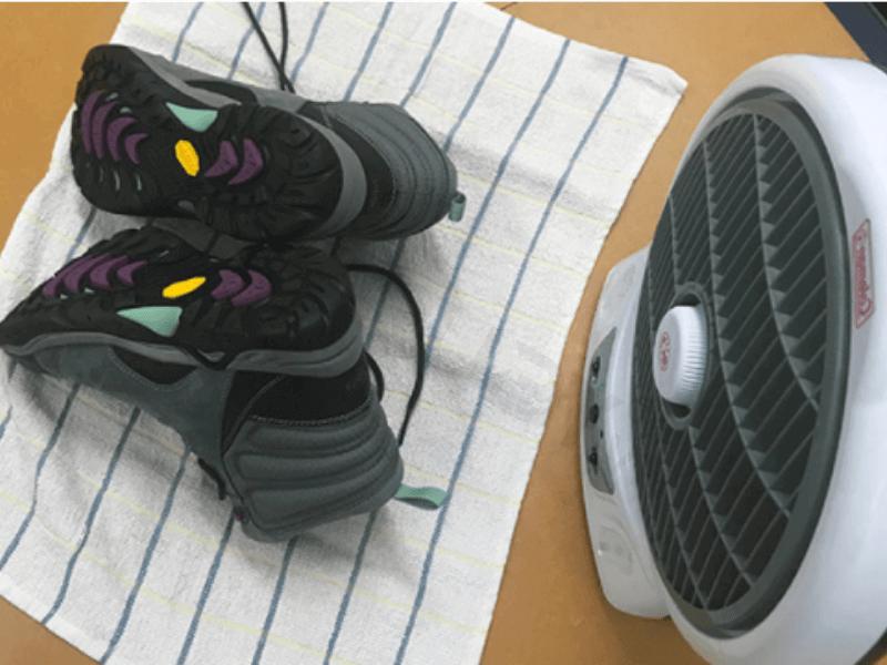Cách làm cho giày mau khô bằng quạt gió