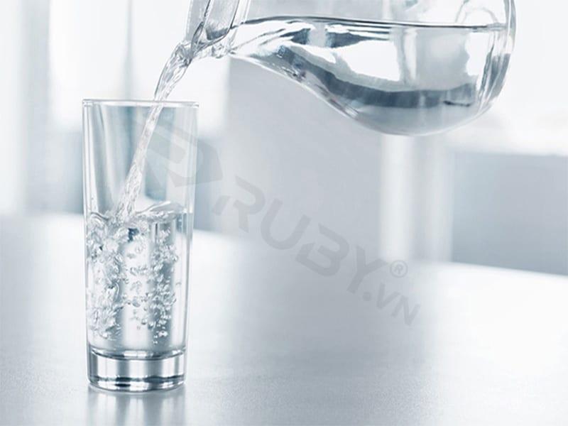 Uống nước từ máy lọc nước