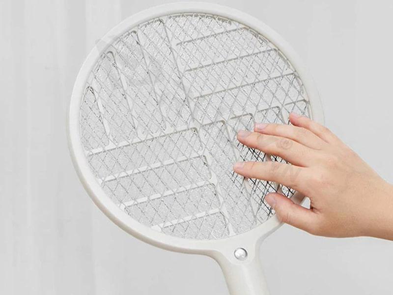 Không chạm tay vào lưới vợt khi chua thật sự ngắt nguồn điện