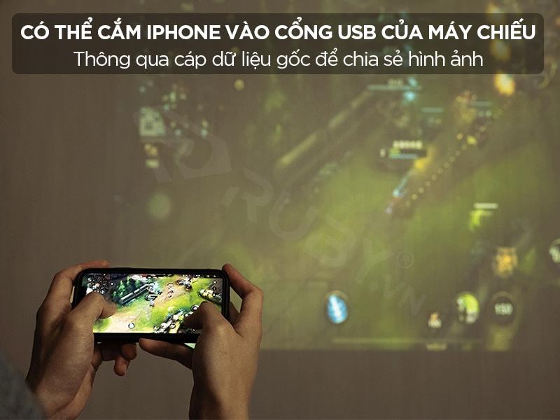 Có thể cắm iphone vào cổng USB của máy chiếu