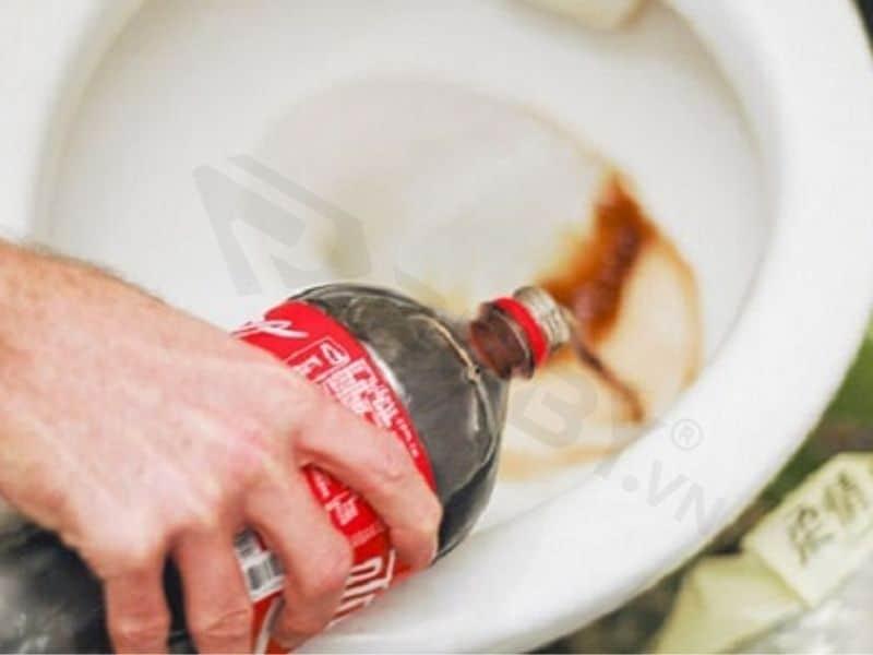 Vệ sinh bồn cầu bằng coca cola