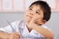 Trẻ ngồi sai tư thế khi đi học